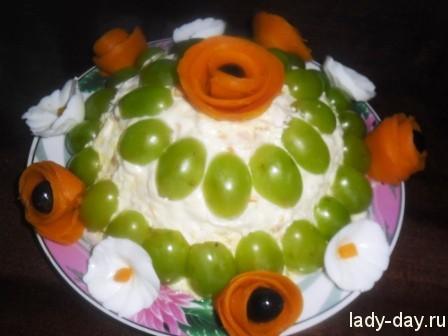 Праздничный салат с виноградом