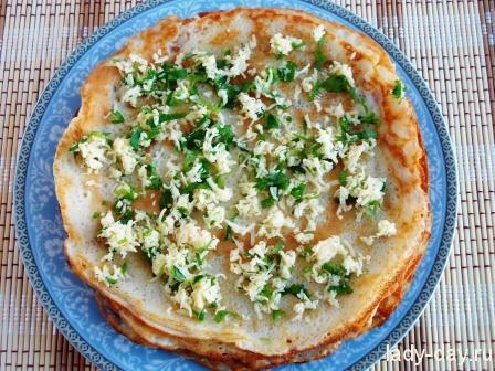 Сыр не просто заворачивается в блины, а запекается внутри них в духовке, отчего он получается гарантированно расплавленным, а блюдо дополнительно приобретает аппетитную хрустящую корочку. И, конечно же, во время запекания раскрывается неповторимый аромат петрушки, которая также входит в состав начинки