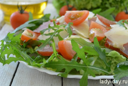 Салат с пекинской капустой, рукколой