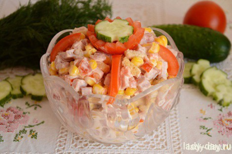 Вкусный салат с сухариками и ветчиной