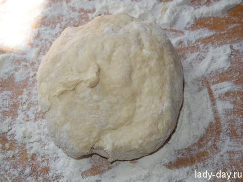 Добавлять муку, соду и замешивать мягкое тесто.