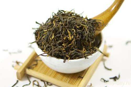 loose-leaf-high-mountain-black-tea-from-fujian-china-with-bamboo-spoon_1024x1024
