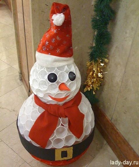 Снеговик из пластиковых стаканов своими руками мастер