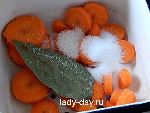Смешать морковь со специями