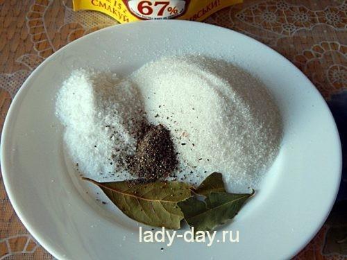 Добавить специи и соль