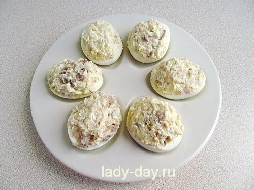 Яйца, фаршированные сельдью, с икрой 7