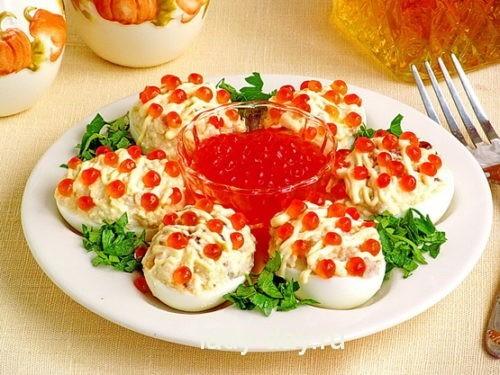 Яйца, фаршированные сельдью, с икрой (итоговое блюдо 1)