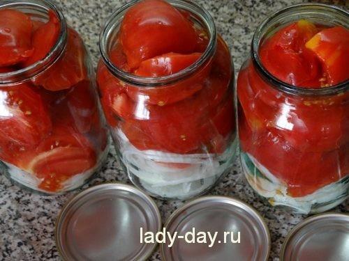 Маринованные помидоры дольками с луком и маслом на зиму