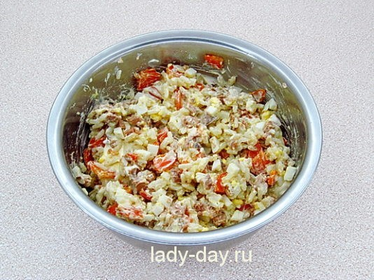 салат из печени трески с яйцами и рисом