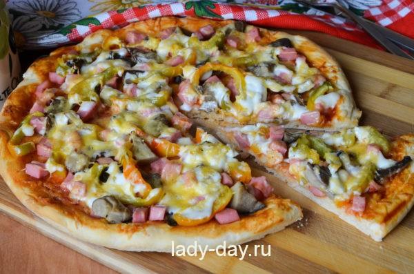 Пицца в духовке с колбасой, грибами и сыром