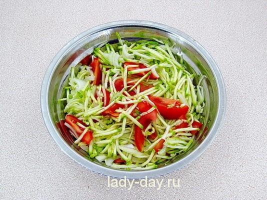 перемешать овощи