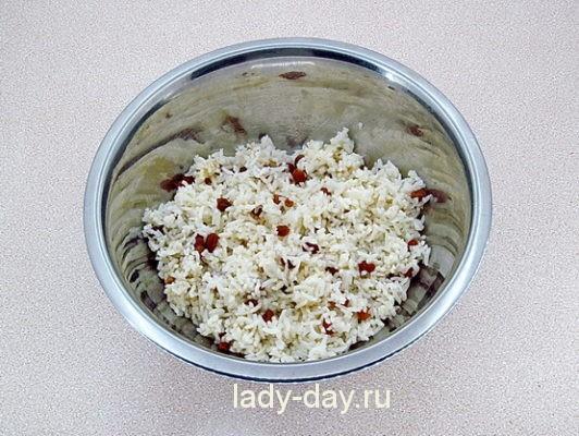 смешать рис и изюм