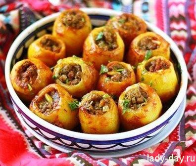 Фаршированный картофель в томатном соусе