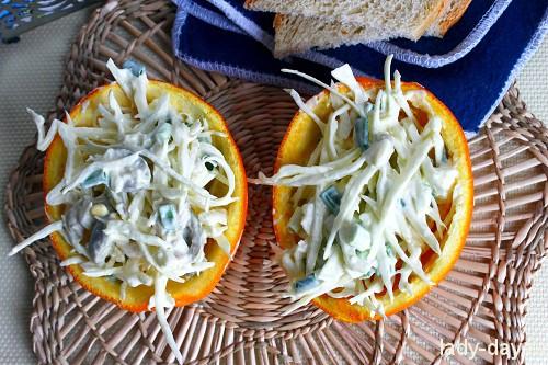 Салат с курицей в апельсиновых стаканчиках