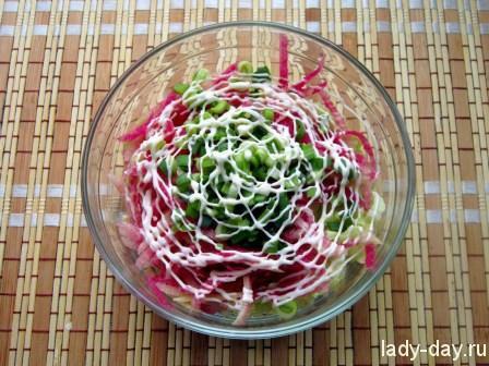Мясной салат с арбузной редькой