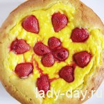 Пирог с творогом и клубникой