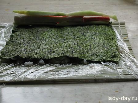 """Роллы """"наизнанку"""" с икрой из морских водорослей – кулинарный рецепт"""
