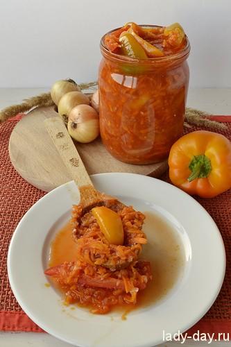 Заготовка на зиму для супа Такая заготовка для супа выручит вас в любое время зимой. Открыть банку и в готовый суп добавить заготовку, займет пару минут. Готовится заготовка из болгарского перца, морковки, лука и томатной пасты. В конце сезона такой рецепт будет очень кстати, когда перца и морковки много, а что приготовить уже не знаешь. Рецепт рассчитан на 14 пол литровых банок, если для вас такой масштаб большой, уменьшите количество ингредиентов под себя. Ингредиенты: перец сладкий-2 кг, морковь-2 кг, лук репчатый-2 кг, томатная паста-1 банка сахар-1 стакан, уксус 9%-1 стакан, масло подсолнечное-300 мл, ф.1 Приготовление: Перец помыть, удалить семечки и порезать на кусочки. Это на ваш вкус, можно и кубиками. Ф.2 Морковь помыть и очистить. Для рецепта морковка должна быть натерта на терке, и если у вас есть кухонный комбайн, он вам очень пригодится. Ели нет комбайна, натирание морковки на терке займет некоторое время. Ф.3 Лук очистить от шелухи и порезать. Кстати комбайн тут будет очень кстати, нарезать столько лука, не прослезившись, не получится. Ф.4 В большой емкости смешать все подготовленные овощи. Ф.5 Томатную пасту развести водой, количество жидкости должно быть столько же, сколько и овощей. Ф.6,7 В разведенную томатную пасту добавить все специи: сахар, уксус и масло. Залить овощи жидкостью и поставить на огонь вариться. Ф.8 Соль в рецепте указана по вкусу, у меня хватило 2 столовые ложки. Варить овощи в течение 30-40 минут до готовности. Чтоб все ингредиенты стали мягкими. Ф.9 В горячие банки, заранее помытые и постерелизованные выкладывать кипящие овощи и сразу закатывать крышкой. Ф.10,11 Поставить в тепло вниз крышками до полного остывания банок. Банки ставят вниз крышками, чтобы проверить хорошо ли она закатана, если плохо то будет поступать воздух и закатка быстро испортится. А перевернув банку на крышку вы увидите вытекающую жидкость и вовремя удалите плохую крышку, закатав еще раз.