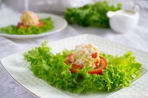 Подавать закуску на новогодний стол с зелеными листьями салата.