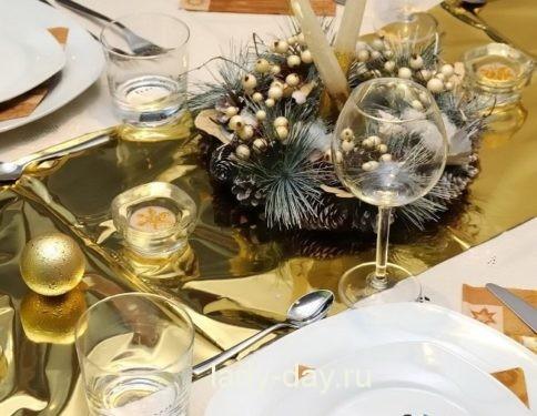 1446068421_novogodniy-dekor-stola-v-zolotom-cvete