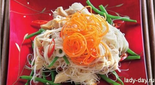 Азиатский салат с курицей и кунжутом