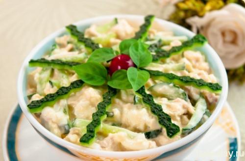 Салат с отварной курицей, свежими огурцами и орехами