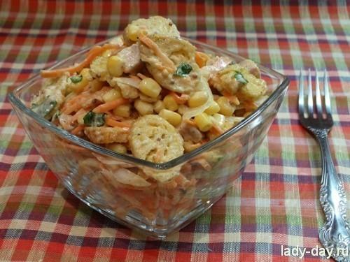 Салат: корейская морковь, копченая курица, кукуруза, сухарики