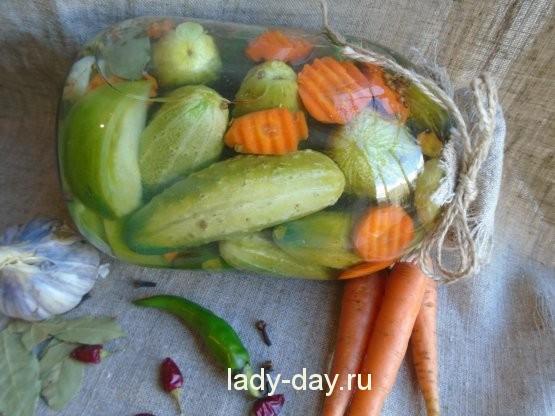 огурцы и зеленые помидоры