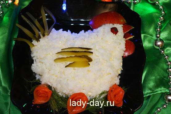 у меня появилась традиция оформлять салаты в форме того, чей год грядет. К примеру, 2017 год – год Огненного Петуха, поэтому и салат, рецептом которого я поделюсь ниже, будет оформлен в виде петушка.