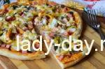 Пицца с колбасой, грибами и сыром в духовке