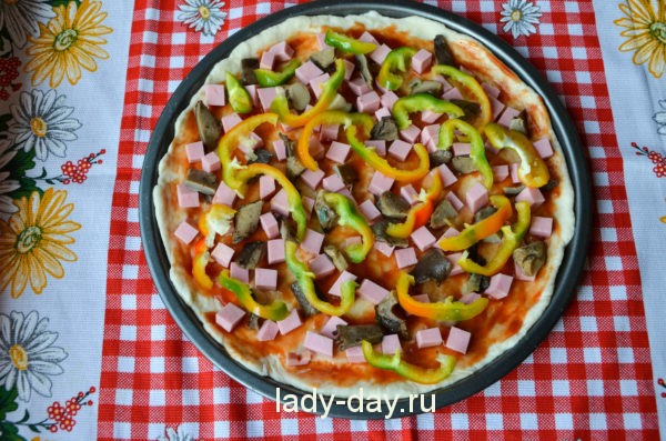Пицца с колбасой, грибами и сыром