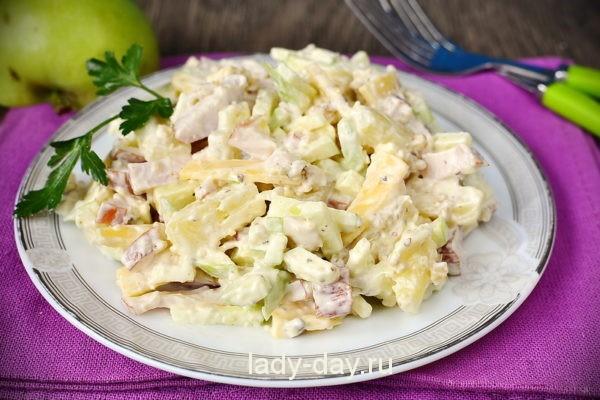 Салат с копчёной курицей и ананасом