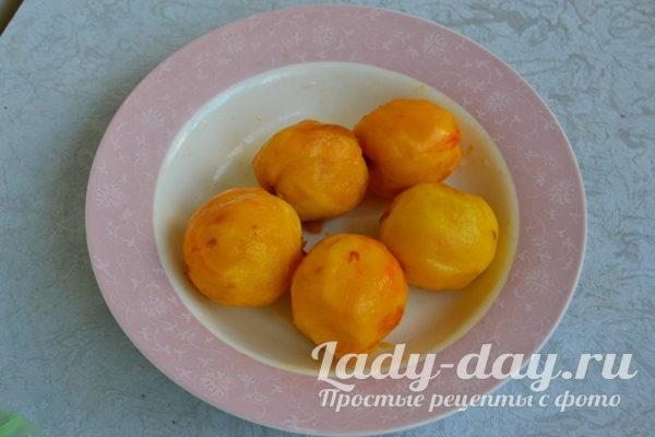удаляем шкурку у персиков
