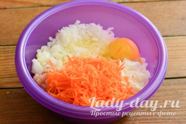 добавление яйца, лука и моркови
