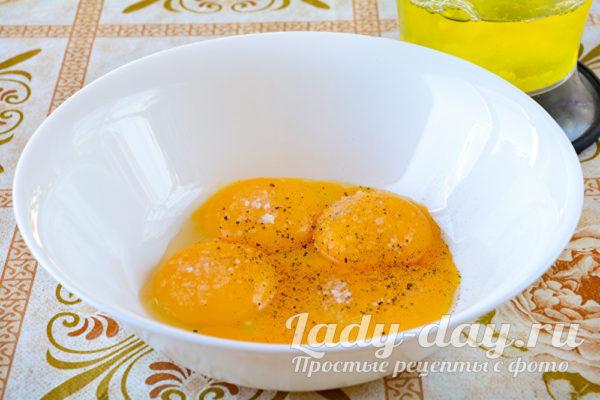 сырые желтки в миске