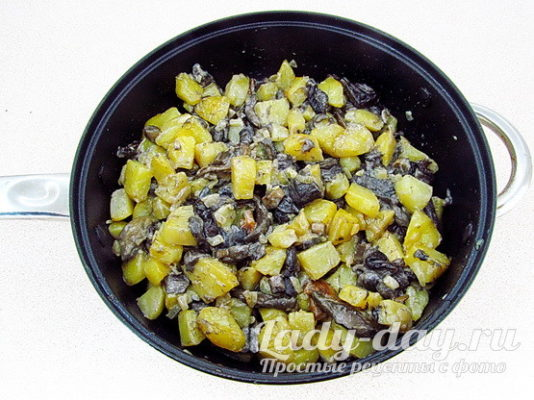 жарить грибы с картошкой