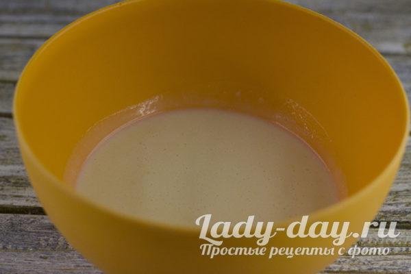 перемешать воду со сметаной, содой и кислотой