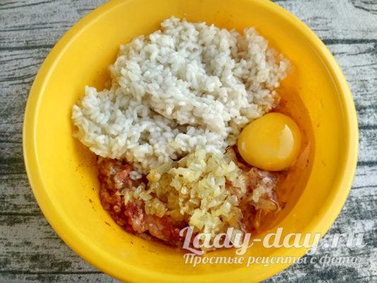 добавить рис, овощи и яйцо