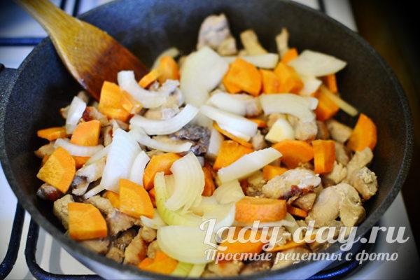 добавить овощи на сковороду