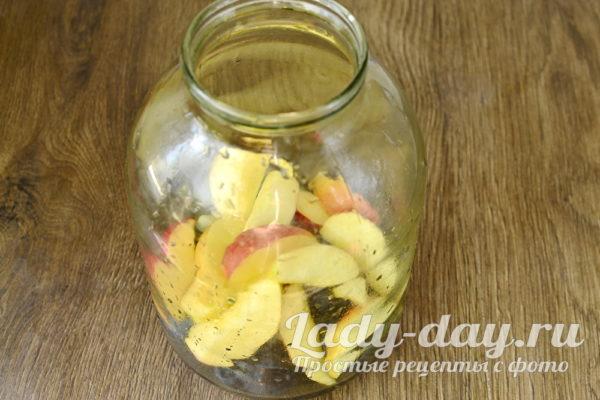 наполняем банку фруктами