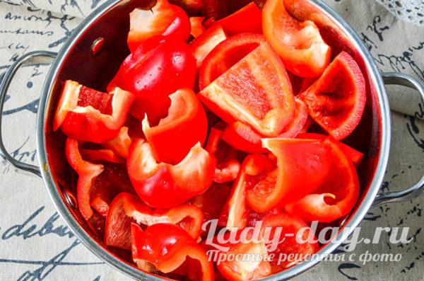выложить перец в соус