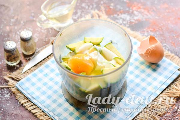 добавить йогурт и яйцо