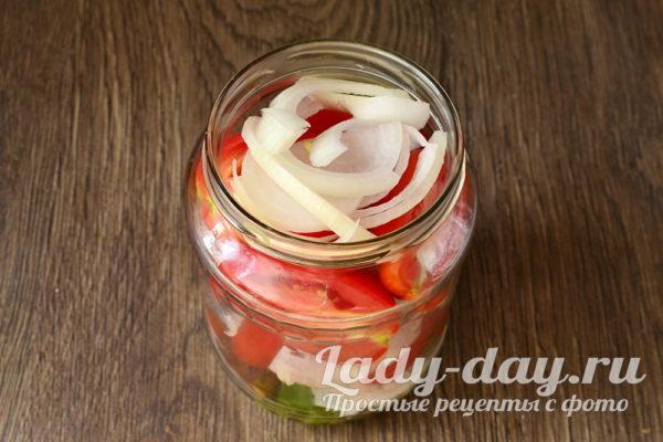 наполнить банку томатами и луком