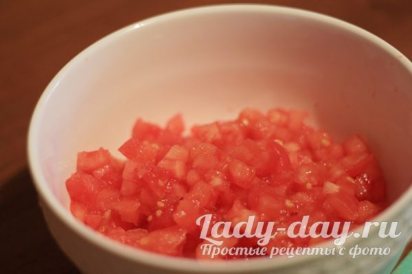 режем помидоры кубиками