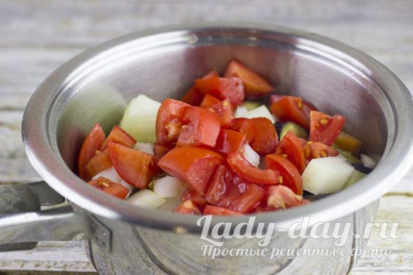 добавить лук, чеснок, томаты