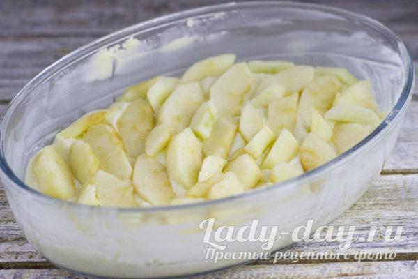 укладываем тесто и яблоки