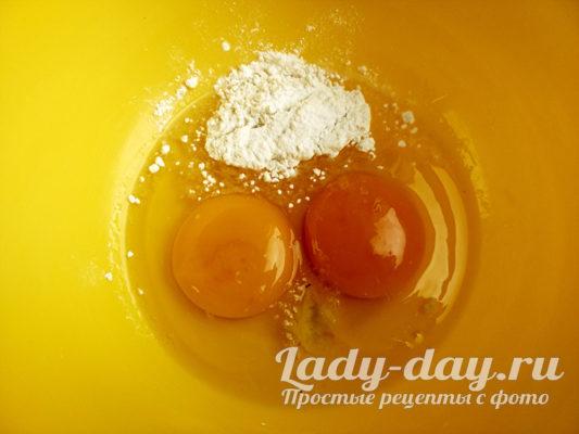 взбиваем яйцо с солью