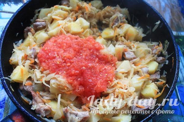 тушить с томатом