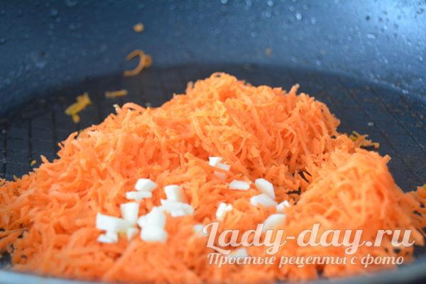 Натереть морковь и чеснок