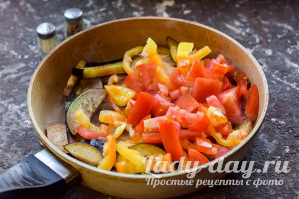Добавить перцы и помидоры